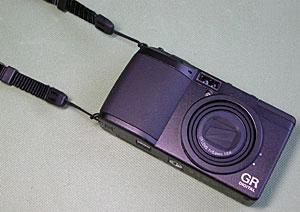 リコーGR Digital + ストラップGS-1縦吊り