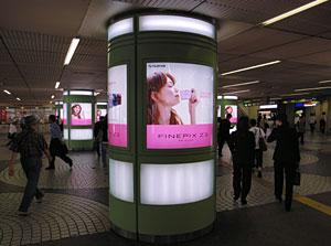 新宿西口、富士写真フィルムFinePix Z3の蛯原友里ちゃん広告