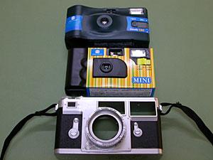 上から、コニカミノルタGoody800、撮りっきりMINI、クラシックカメラカバー