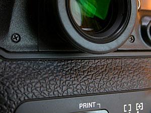 Nikon F100の裏蓋とDK-17Mの干渉具合