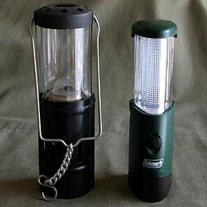 Coleman LEDマイクロパッカーランタン(右)、ろうそくランタン(左)