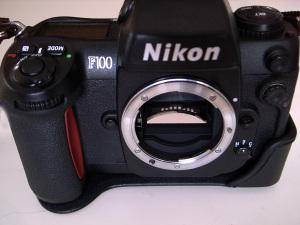Nikon F100 + CF-57底ケース(前)