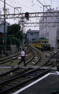 江ノ電江ノ島駅:Nikon F100、Nikkor S・C Auto 50mm F1.4 (Ai改)、F5.6AE、中央重点測光、L37c、富士Sensia III(RA3)、Nikon SUPER COOLSCAN 5000ED