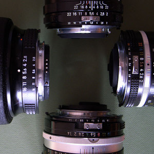右から時計回りにAi Nikkor 35mm F2S、NIKKOR-S・C Auto 50mm F1.4 (Ai改) 、Ai AF Zoom-Nikkor ED 80-200mm F2.8D <NEW>、Carl Zeiss Distagon T* 2/28 ZF