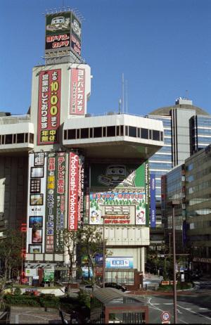 ヨドバシカメラマルチメディア横浜(横浜駅西口):Nikon F3、Ai AF Nikkor 50mm F1.4D、F11、1/500sec、L37c、Kodak New PORTRA 400、Nikon SUPER COOLSCAN 5000 ED(ICEなしGEMなし)