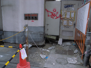 液状化(横浜市西区南幸):GR DIGITAL、28mm相当、F3.5、1/79sec、ISO64、-0.3EV、プログラムAE