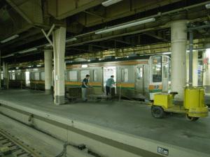 上野駅地上ホーム新聞積み込み風景:GR DIGITAL、28mm相当、F2.4開放、1/17sec、ISO400、プログラムAE、-0.3EV