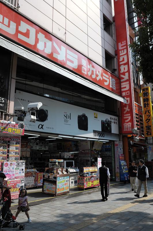 池袋ビックカメラ東口カメラ館:Nikon D300、Ai Nikkor 20mm F2.8S、F5.6AE(1/800sec)、-0.3EV、ISO200