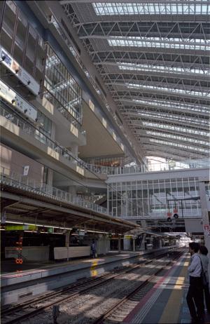 JR大阪駅:CONTAX G1、Carl Zeiss Biogon T* 28mm F2.8、F5.6AE、+1EV、Kodak PORTRA 160、GG-1、marumi DHG Super Lens Protect、Nikon SUPER COOLSCAN 5000 ED(ICEありGEMなしROCなし)