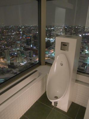 JRタワー展望室のトイレ(札幌、2010年1月撮影)::GR DIGITAL、28mm相当、F2.4開放、1/12sec、ISO400、-0.3EV、プログラムAE