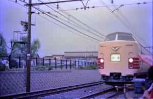 国鉄381系特急形電車:Asahi Pentax SV、Super Takumar 55mm F1.8、スカイライトフィルター、富士フイルムネガカラー(銘柄不明)、Nikon SUPER COOLSCAN 5000 ED(ICEあり、ROCあり、GEMなし)