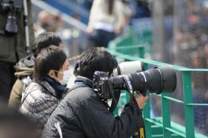 報道陣:Nikon D300、Ai AF Zoom-Nikkor 80-200mm f/2.8D ED <NEW>、F3.2、1/1000sec、ISO200、ピクチャーコントロール:ポートレート、Kenko L37 Super PRO、Fotodiox 花型フード改(HB-7互換)、Aputure BP-D10(エネループ8本)