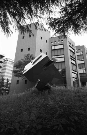 ヨコハマ・ビオゴン・モノクロ計画その38(横浜市立中央図書館):CONTAX G1、Carl Zeiss Biogon T* 21mm F2.8、某社 L37 Super PRO、F8AE、+2/3EV、Kodak 400TX(TRI-X)、Nikon SUPER COOLSCAN 5000 ED(ICEなしGEMなし)