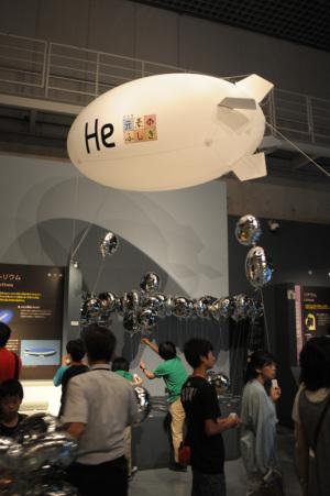 ヘリウム風船配布中(国立科学博物館特別展「元素のふしぎ」):Nikon D300、Ai Nikkor 20mm F2.8S、1/30、F2.8開放、ISO720、-0.3EV、ポートレート、AWB、L37c