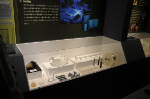 ケイ素(Si)の製品例展示(国立科学博物館特別展「元素のふしぎ」):Nikon D300、Ai Nikkor 20mm F2.8S、1/30、F2.8開放、ISO250、-0.3EV、ポートレート、AWB、L37c