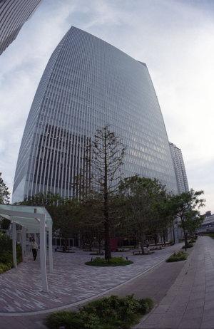 横浜三井ビルディング:Nikon F3、ニコンおもしろレンズ工房ぎょぎょっと20(20mm F8)、専用フード TI.HK-1、F8AE、Kodak PORTRA 400、Nikon SUPER COOLSCAN 5000 ED(ICEありGEMなしROCなし)
