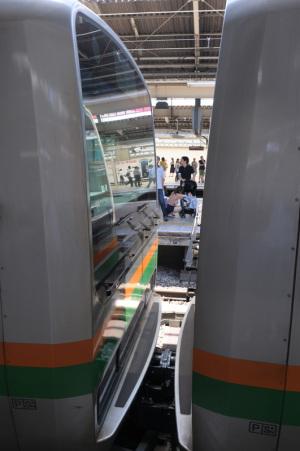 連結(JR横浜駅):Nikon D300、Ai Nikkor 20mm F2.8S、F8、1/40秒、ISO200、-0.3EV、ピクチャーコントロール:ポートレート、AWB、L37c