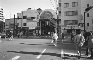 ヨコハマ・ビオゴン・モノクロ計画その45(横浜橋商店街:横浜市南区):CONTAX G1、Carl Zeiss Biogon T* 21mm F2.8、F8AE、ILFORD XP2 SUPER、Kenko L37 Super PRO、Nikon SUPER COOLSCAN 5000 ED(フィルムタイプ:ネガ(モノクロ)、色空間:グレースケール、ICEなしGEMなしROCなし)