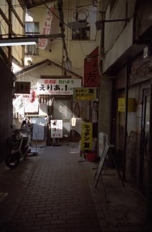 六角橋商店街(横浜市神奈川区):Nikon F100、AF-S DX NIKKOR 18-55mm f/3.5-5.6G VR、24mm、F5.6AE、マルチパターン測光、Nikon プロテクトフィルター、HK-2、Kodak PORTRA 400、Nikon SUPER COOLSCAN 5000 ED(ICEあり、GEMなし、ROCなし)
