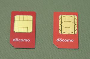 右:FOMAカード(b-mobile SIM U300)、左:ドコモUIMカード(IIJmio高速モバイル/D)