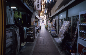 六角橋商店街仲見世通り(横浜市神奈川区):CONTAX G1、Carl Zeiss Biogon T* 21mm F2.8、F5.6AE(AEロック使用)、Kodak Elite Chrome 100(EB-3)、Kenko L37 Super PRO、Nikon SUPER COOLSCAN 5000 ED(ICEありGEMなしROCなし、Windows7 Professional 64bit)