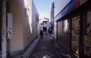 六角橋商店街仲見世通り(横浜市神奈川区):CONTAX G1、Carl Zeiss Biogon T* 21mm F2.8、F8AE、+2/3EV、Kodak Elite Chrome 100(EB-3)、Kenko L37 Super PRO、Nikon SUPER COOLSCAN 5000 ED(ICEありGEMなしROCなし、Windows7 Professional 64bit)