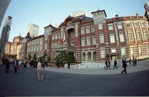 東京駅:Nikon F3、ニコンおもしろレンズ工房ぎょぎょっと20(20mm F8)、F8AE、Kodak PORTRA400、Nikon SUPER COOLSCAN 5000 ED(ICEありROCなしGEMなし、Nikon Scan 4.0.3、Windows7 Professional SP1 64bit)
