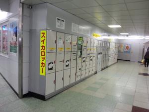 スイカロッカー(JR新宿駅):CASIO G'zOne TYPE-X、F2.8、1/25秒、ISO不明、レンズ前面に保護シールあり