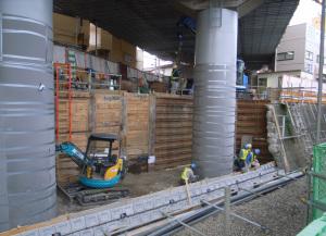 相鉄西谷駅工事(東海道新幹線高架下):Ricoh GR DIGITAL、28mm相当、F2.4開放、1/64秒、ISO64、-0.3EV、プログラムAE