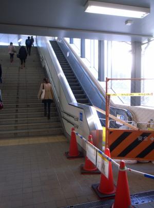 武蔵小杉駅:Rocoh GR DIGITAL、5.9mm(28mm相当)、F2.4開放、1/32秒、ISO84、-0.3EV、プログラムAE、AWB、マルチパターン測光