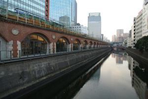 mAAch マーチ エキュート 神田万世橋(神田川):Nikon1 V1、1 NIKKOR 10mm f/2.8、Ricoh GW-1(20mm相当)、F3.2、絞り優先AE(1/125秒)、ISO200(オート)、ピクチャーコントロール:ポートレート、AWB