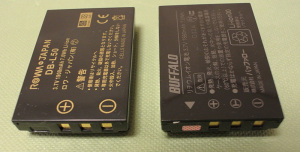 ROWA DB-L50-SA(左)とDWR-BT01(DWR-PG専用バッテリー)