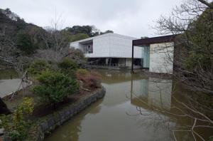 神奈川県立近代美術館鎌倉館:Ricoh GR、ワイコンGW-3、13.7mm(21mm相当)、F5.6、1/180秒、プログラムAE、ISO-AUTO(ISO 100)、AWB、画像設定:スタンダード
