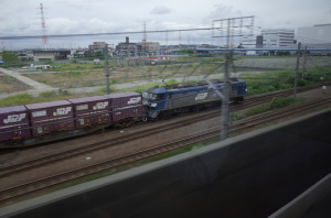 EF210-118コンテナ高速貨物列車:Ricoh GR、18.3mm(28mm相当)、F4、1/90秒、プログラムAE、ISO-AUTO(ISO 100)、AWB、画像設定:スタンダード、マルチAF