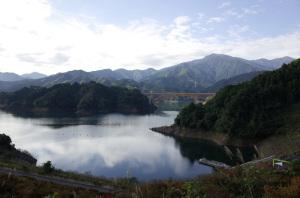 宮ヶ瀬湖(鳥居原ふれあいの館から望む):Ricoh GR、18.3mm(28mm相当)、F5.6、1/250秒、プログラムAE、ISO-AUTO(ISO 100)、AWB、画像設定:スタンダード、スポットAF
