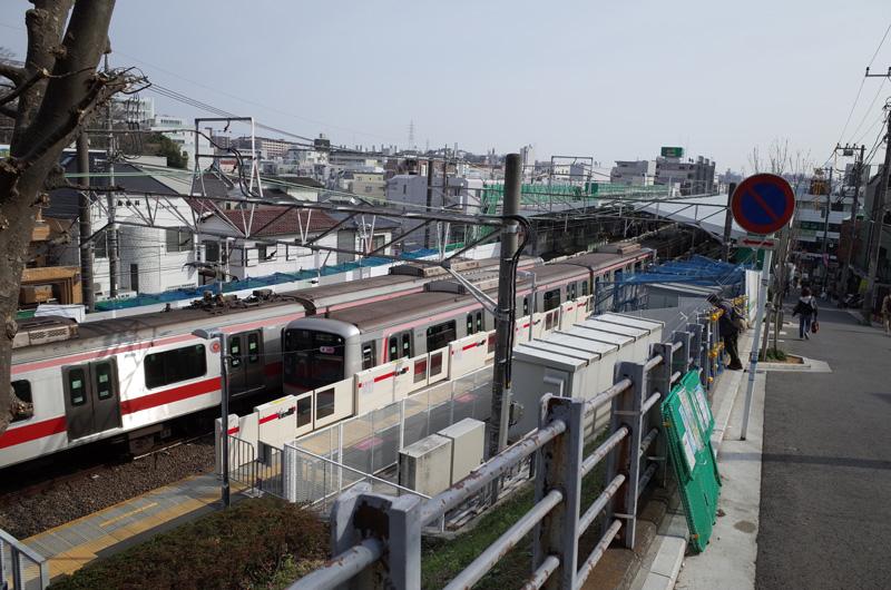 大倉山駅(東急東横線):Ricoh GR、18.3mm(35mm版28mm相当)、F5.6、1/500秒、プログラムAE、ISO-AUTO(ISO 100)、AWB、画像設定:スタンダード、スポットAF