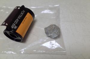 旧天城トンネル前後の砂利道で乗っかったと思われる砕石:Ricoh GR、18.3mm(35mm版28mm相当)、F3.2、1/45秒、プログラムAE、ISO-AUTO(ISO 100)、AWB、画像設定:スタンダード、スポットAF、マクロモード