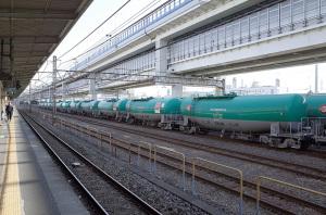 タキ1000(日本石油輸送)JR根岸駅:Ricoh GR、18.3mm(35mm版28mm相当)、F5.6、1/125秒、シャッタースピード優先AE、ISO-AUTO(ISO 100)、AWB、画像設定:スタンダード、スポットAF