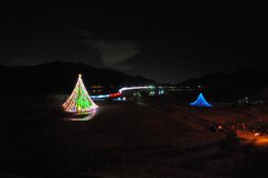 【写真中】清川村宮ケ瀬湖畔園地クリスマスみんなのつどい:Nikon D300S、AF-S DX NIKKOR 10-24mm f/3.5-4.5G ED、Nikon NCフィルター、HB-23フード、10mm(広角端)、F3.5開放、1/10秒、-2.0EV補正、手持ち撮影、絞り優先AE、ISO-AUTO(ISO 3200)、AWB、ピクチャーコントロール:ポートレート、マルチパターン測光、51点AF-AUTO 、高感度ノイズ低減:標準