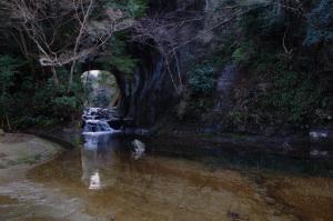 亀岩の洞窟(濃溝の滝の上流):Ricoh GR、18.3mm(35mm版28mm相当)、F4、1/40秒、プログラムAE、ISO-AUTO(ISO 160)、AWB、画像設定:スタンダード、マルチAF、UFRaw + GIMP2.8でRAW(DNG)から現像