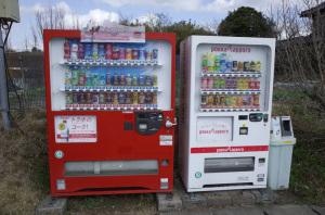 【写真4】マッ缶公園自販機:Ricoh GR、18.3mm(35mm版28mm相当)、F5.6、1/500秒、プログラムAE、ISO-AUTO(ISO 100)、AWB、画像設定:スタンダード、マルチAF