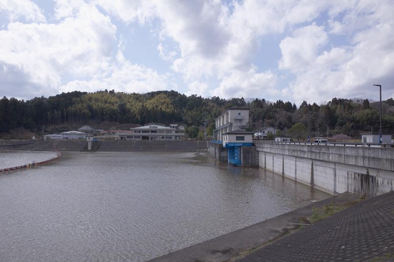 【写真5】高滝ダム(マッ缶公園前から):Ricoh GR、18.3mm(35mm版28mm相当)、F5.6、1/500秒、プログラムAE、ISO-AUTO(ISO 100)、AWB、画像設定:スタンダード、マルチAF、UFRaw + GIMP2.8でRAW(DNG)から現像
