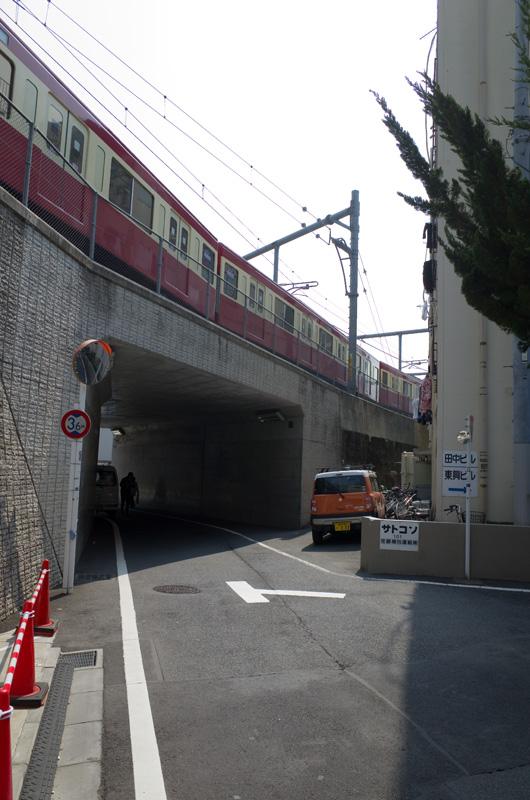 池袋・西武鉄道「幸運の赤い電車」9000系:Ricoh GR、18.3mm(35mm版28mm相当)、F5.6、1/250秒、、プログラムAE、ISO-AUTO(ISO 100)、AWB、画像設定:スタンダード、スポットAF