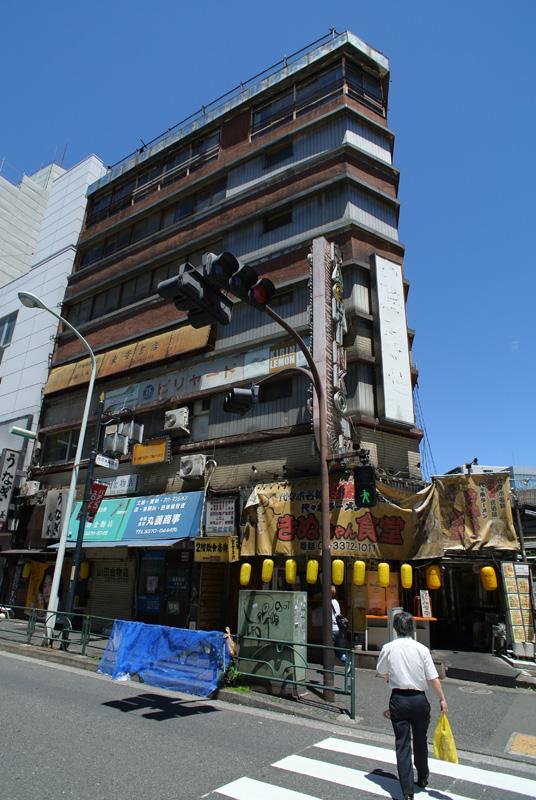 代々木会館(東京都渋谷区):Nikon 1 V1、1 NIKKOR 10mm f/2.8 + Ricoh GW-1(35mm判21mm相当)、F4、プログラムAE(1/1000秒)、ISO100(オート)、ピクチャーコントロール:ポートレート、AWB、マルチAF