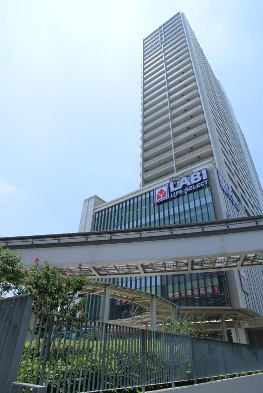 立川駅北口:Nikon 1 V1、1 NIKKOR 10mm f/2.8 + Ricoh GW-1(35mm判21mm相当)、F4、プログラムAE(1/1000秒)、ISO100(オート)、ピクチャーコントロール:ポートレート、AWB、マルチAF