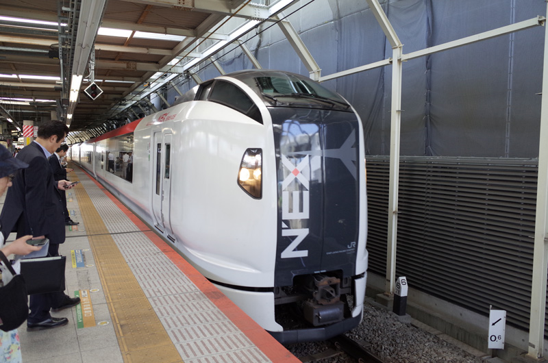 NEX成田エクスプレス(横浜駅):Ricoh GR、18.3mm(35mm版28mm相当)、F2.8開放、1/250秒、シャッタースピード優先AE、ISO-AUTO(ISO 400)、AWB、画像設定:スタンダード、マルチAF