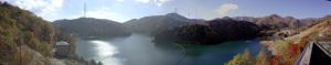 【写真中】鳥居峠広場駐車場から乙女湖(琴川ダム)を望む:Ricoh GR、18.3mm(35mm版28mm相当)、プログラムAE、ISO-AUTO(ISO 100)、AWB、画像設定:スタンダード、スポットAF、Image Composite Editorでパノラマ合成