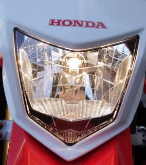 【写真2枚目】Honda CRF250L(MD38)純正ハロゲンヘッドライトバルブ(Lowビーム時)、リコーGR WB「屋外」固定(5500K)で撮影 記事:スフィアライト ライジング2 LEDヘッドランプをCRF250Lに付けてみたが… ― 2018年11月27日 http://haniwa.asablo.jp/blog/2018/11/27/9003903