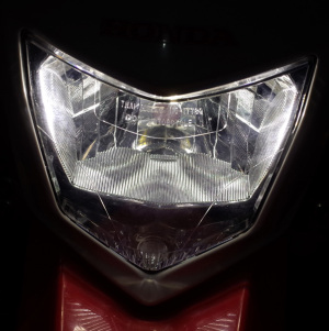 【写真7枚目】Honda CRF250L(MD38)にSphere Light Rizing II for motorcycle H4 4500K SRBH4045(スフィアライト ライジング2)を装着したところ(Lowビーム時)、リコーGR WB「屋外」固定(5500K)で撮影 記事:スフィアライト ライジング2 LEDヘッドランプをCRF250Lに付けてみたが… ― 2018年11月27日 http://haniwa.asablo.jp/blog/2018/11/27/9003903