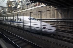 東海道新幹線N700系:Ricoh GR、18.3mm(35mm版28mm相当)、F5.0、1/125秒、プログラムAE、ISO-AUTO(ISO 100)、AWB、画像設定:スタンダード、SILKYPIX Developer Studio 6でRAWから現像